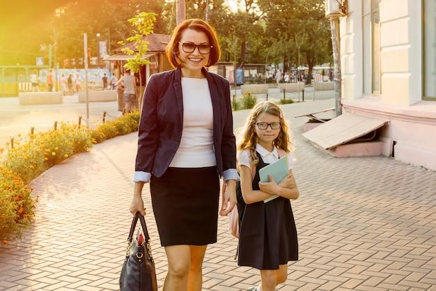 Rodzic zabiera dziecko do szkoły.