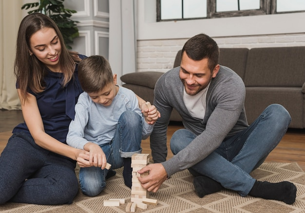 Rodzice bawią się jengą z dzieckiem