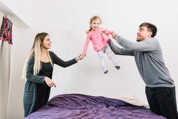 Rodzice bawią się z córką