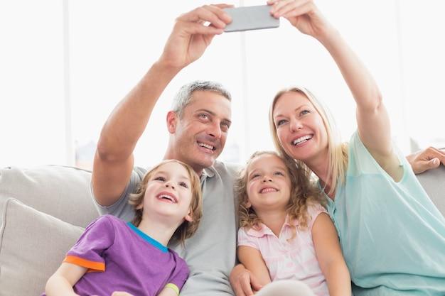 Rodzice biorący selfie z dziećmi