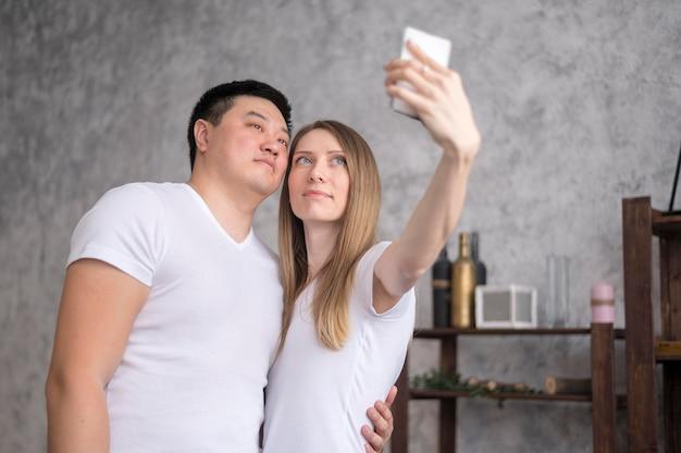 Rodzice biorący selfie