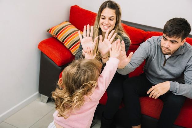 Rodzice dający piątkę córce