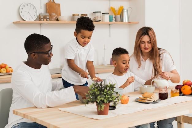 Rodzice gotują razem z dziećmi