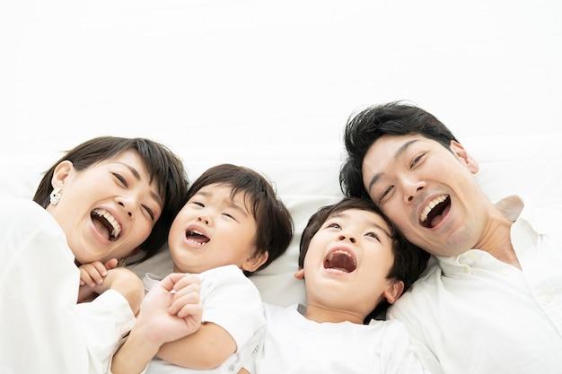 Rodzice i 2 mali chłopcy leżą blisko siebie