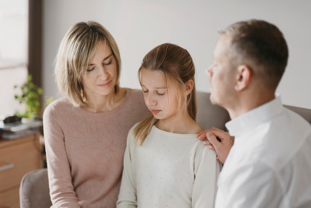 Rodzice i córka wspólnie się modlą