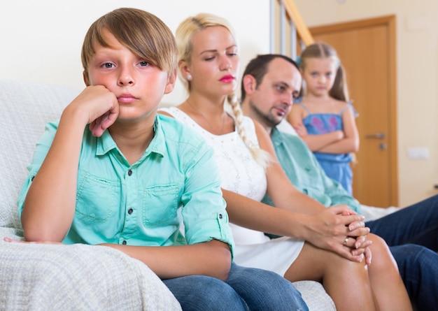 Rodzice i dwoje dzieci w konflikcie w domu