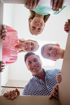 Rodzice i dzieci bawią się w salonie