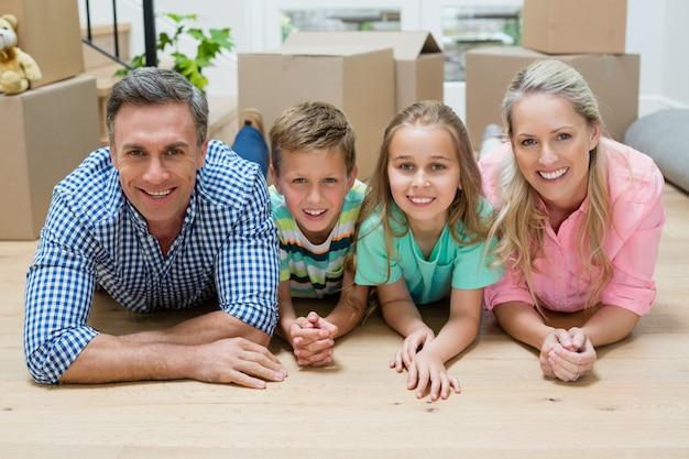 Rodzice i dzieci leżące na podłodze w salonie