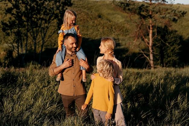 Rodzice i dzieci ze średnim strzałem w przyrodzie