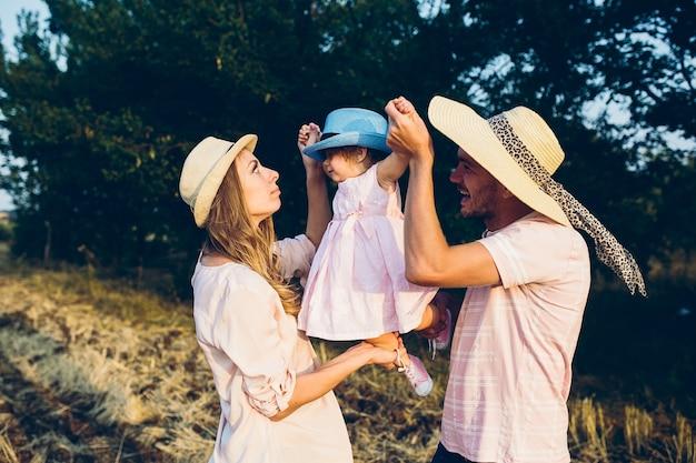 Rodzice I Dziecko Dobrze Się Bawią Darmowe Zdjęcia