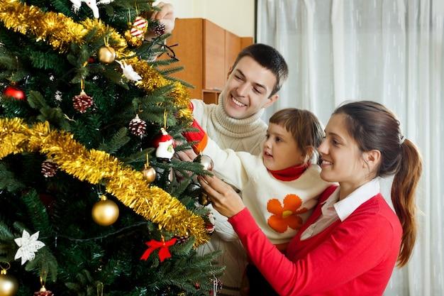Rodzice i dziecko przygotowują się na boże narodzenie
