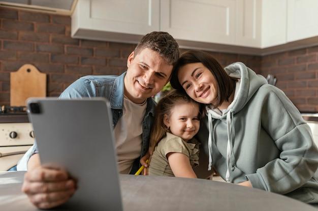 Rodzice i dziecko, średnie ujęcie wideokonferencji