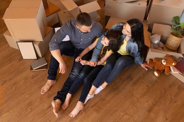 Rodzice i dziecko w pomieszczeniu pod dużym kątem