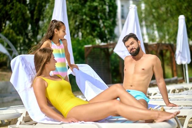 Rodzice i dziewczyna na plaży
