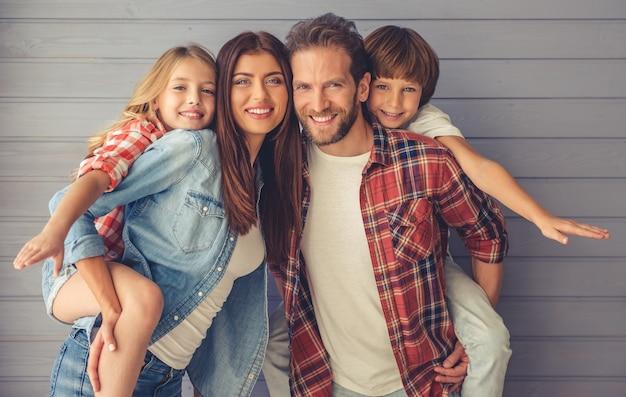 Rodzice i ich dzieci patrzą w kamerę