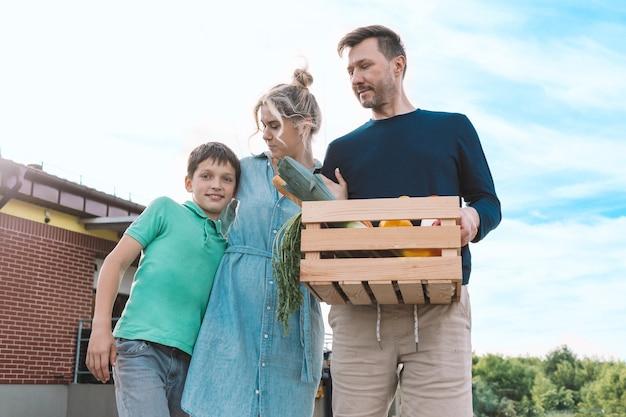 Rodzice i syn niosą domowe artykuły spożywcze z supermarketu. koncepcja opakowania ekologicznego. zdjęcie wysokiej jakości