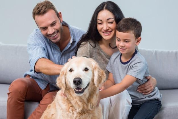 Rodzice i syn pieszczoty psa