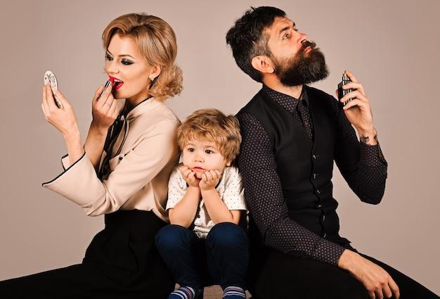 Rodzice ignorują syna. zdenerwowane małe dziecko. brak uwagi rodziców. źli rodzice. problemy społeczne.