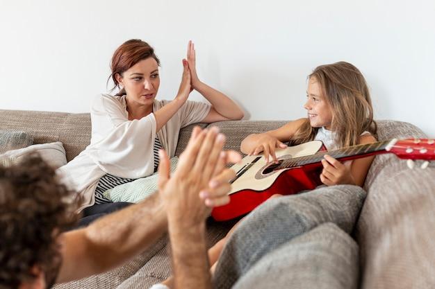 Rodzice klaszczą za córkę