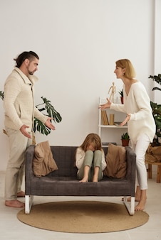 Rodzice kłócą się, gdy córka słucha. rozwód, problemy rodzinne
