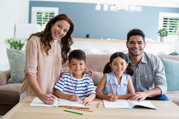 Rodzice pomagają dzieciom w odrabianiu lekcji w domu