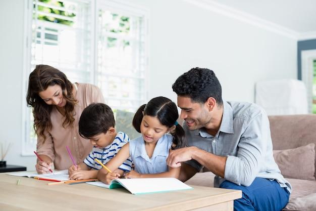 Rodzice pomagają dzieciom w odrabianiu lekcji