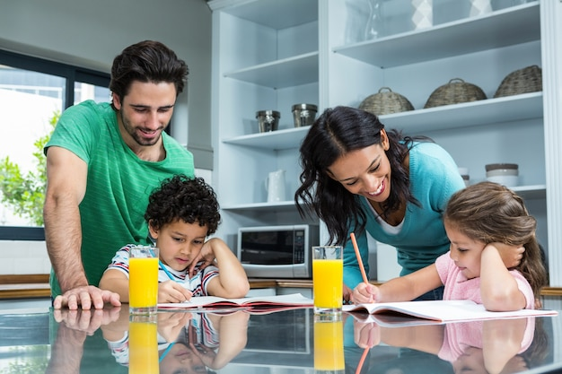 Rodzice pomagają swoim dzieciom odrabiać prace domowe