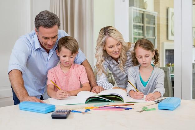 Rodzice pomagający dzieciom w odrabianiu lekcji