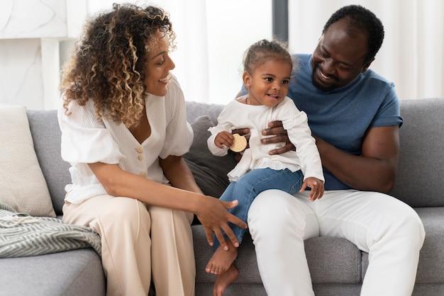 Rodzice spędzają czas z córką