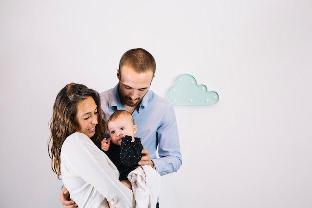 Rodzice trzymający urocze dziecko
