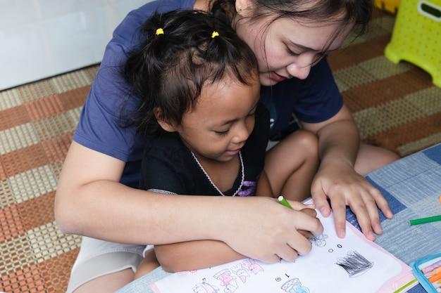 Rodzice uczą dzieci prac domowych, czyli dopasowywania kolorowania.