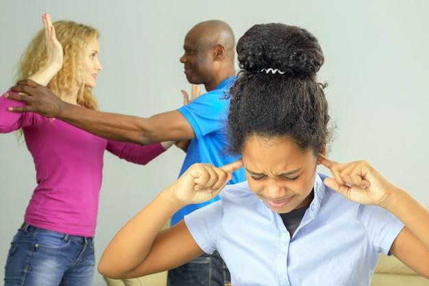 Rodzice w rodzinie kłócą się o związek z nastoletnią córką. problemy w relacjach rodzinnych i negatywne emocje