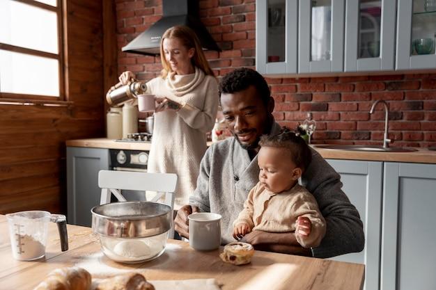 Rodzice ze średnim strzałem i dziecko w kuchni