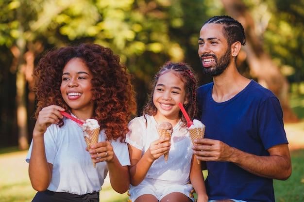 Rodzina afro w parku jedzenie lodów