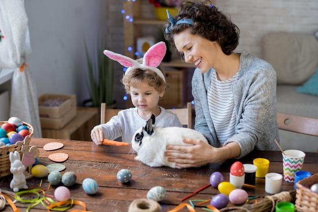 Rodzina bawi się z easter bunny