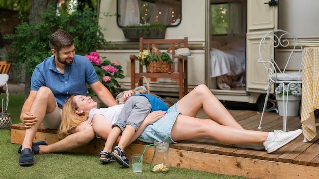 Rodzina bawiąca się obok swojej przyczepy kempingowej