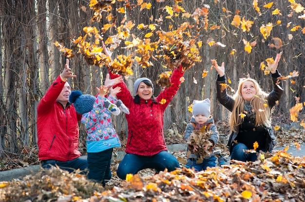 Rodzina bawiła się w liściach parku