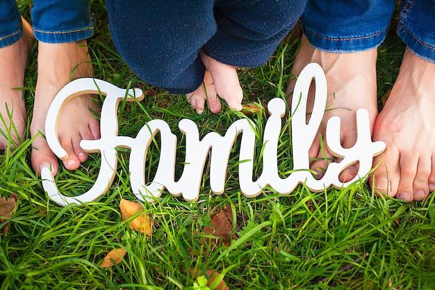 Rodzina biały drewniany znak