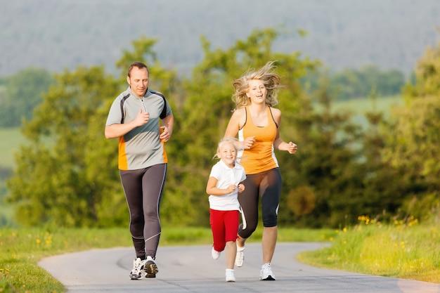 Rodzina biegająca na sport na świeżym powietrzu