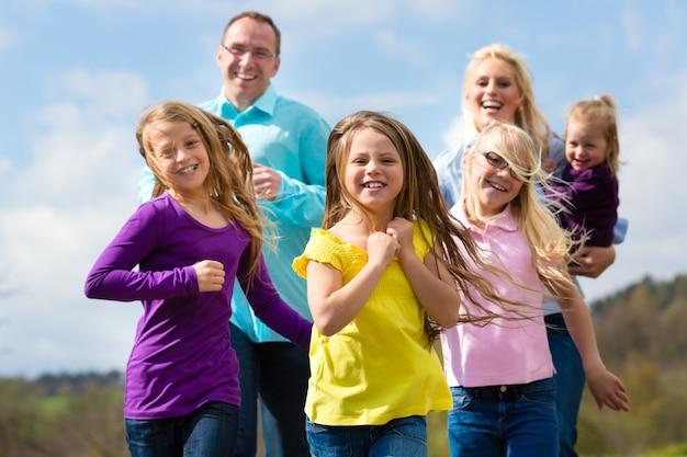 Rodzina biegnie na zewnątrz