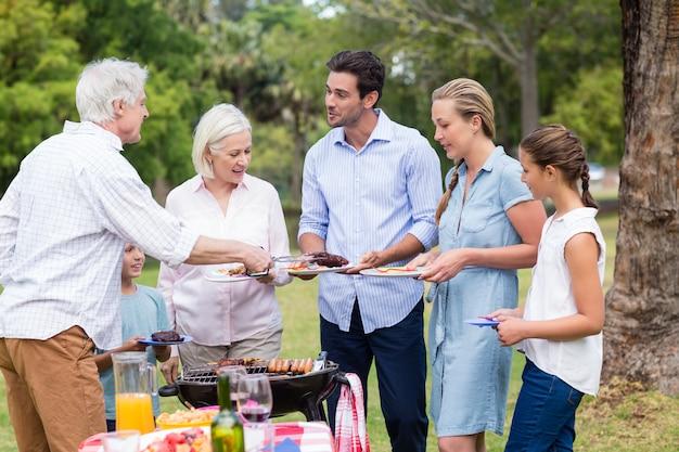 Rodzina ciesząc się razem w parku