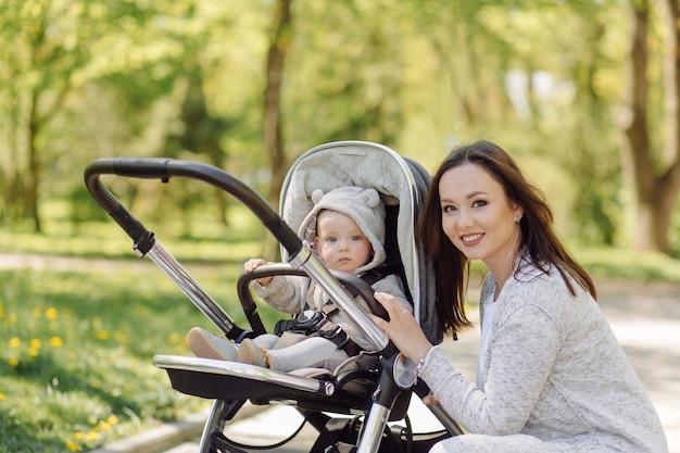 Rodzina cieszy się spacer w parku