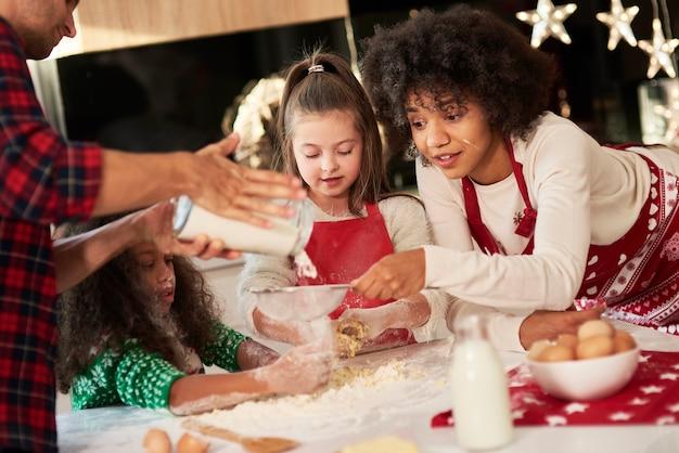 Rodzina cieszy się, że robi ciasteczka