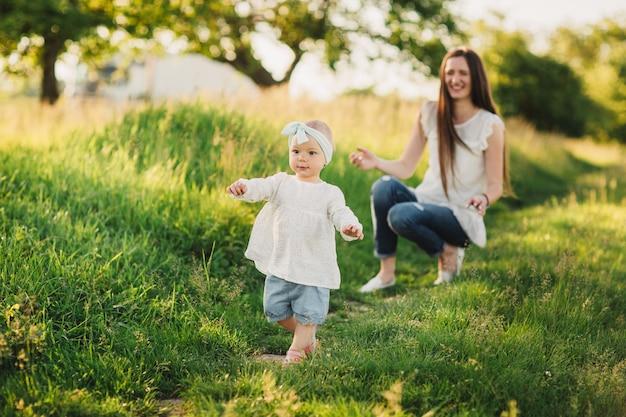 Rodzina cieszyć się życiem razem w letnim parku. szczęśliwa młoda rodzina na zewnątrz.