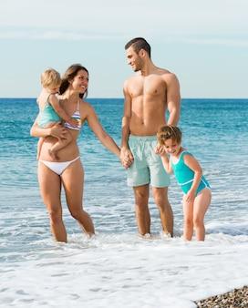 Rodzina czterech na plaży