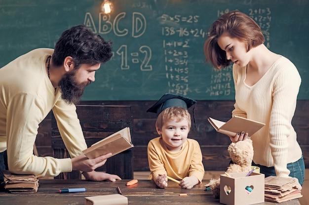 Rodzina dba o edukację swojego syna.