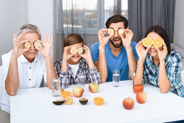 Rodzina diabetyków bawią się w kuchni.