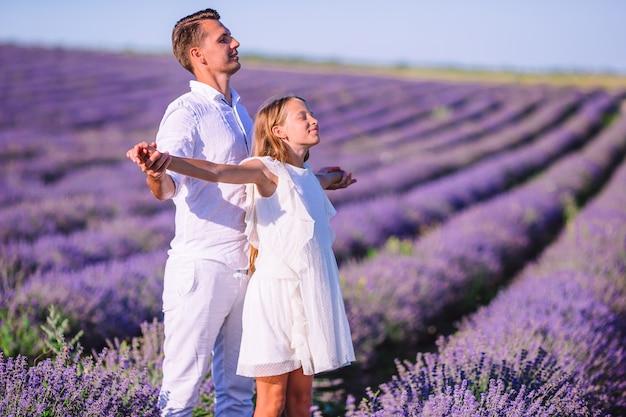 Rodzina dwojga w polu kwiatów lawendy