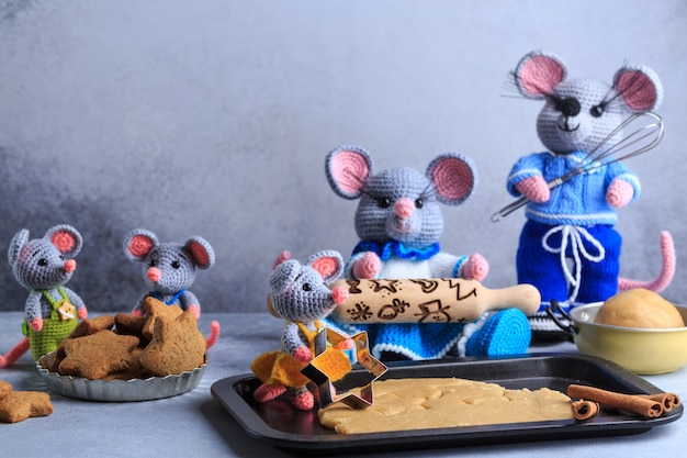 Rodzina dzianin myszy gotuje ciasteczka. rok szczura symbol 2020 roku.