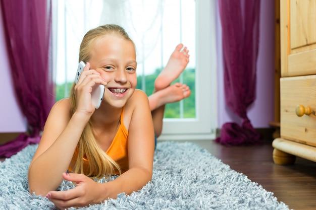 Rodzina, dziecko z komórką lub smartfonem